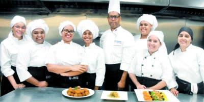 El  profesor y chef ejecutivo del Decanato de Turismo, Luis de la Nuez, enseña  a las  estudiantes de la materia Gastronomía I  a elaborar platos de la cocina francesa y mediterránea. Alberto Calvo