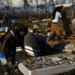 Residentes de Bahamas  inspeccionaban entre  escombros buscando algunas pertenencias.