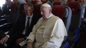 El papa regresó a Italia  luego de su gira a países africanos.