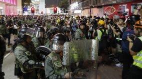 La policía antimotines vigilaba la marcha hacia el cercano consulado estadounidense.