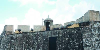 Las murallas se construyeron como defensa contra las invasiones piratas .