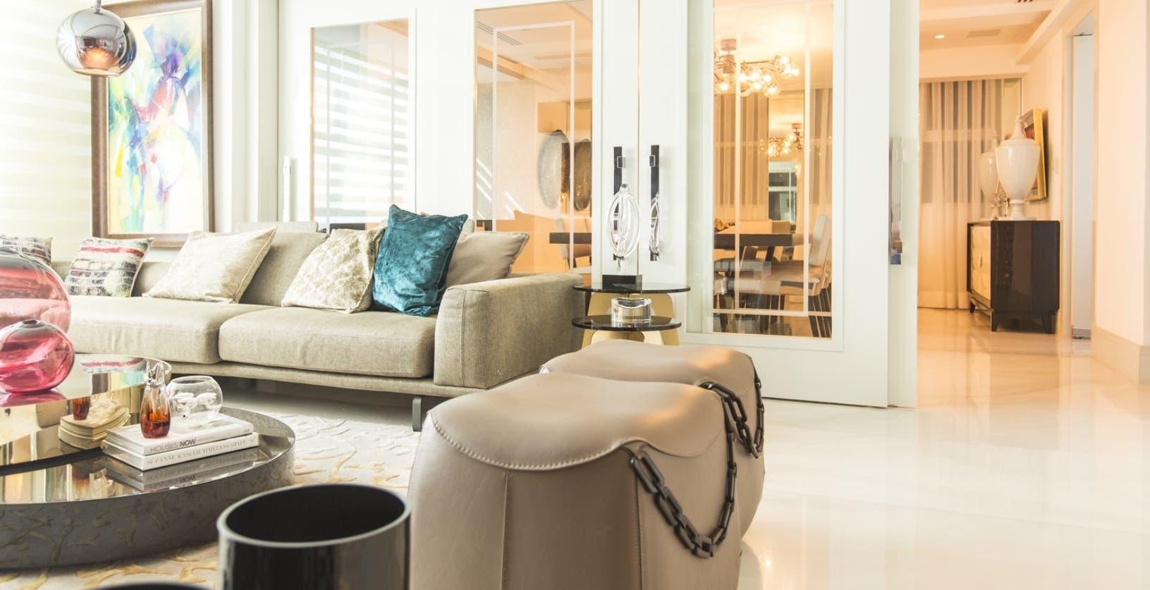 Elementos en acrílico, materiales metálicos, madera e híbridos de diferentes  texturas forman parte de la tendencia.