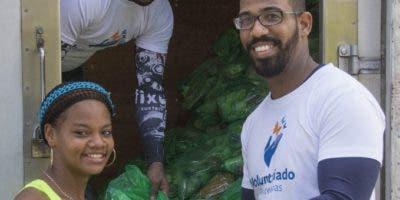Residentes en los barrios  participan en el intercambio de plásticos por alimentos.