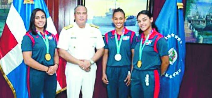 El vicealmirante Emilio Recio Segura junto a marineras medallistas de oro y plata.