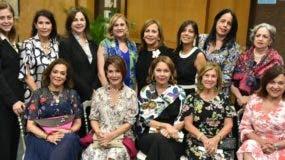 Fiordaliza Martínez de Valdez junto a   damas compartiendo durante el recital.