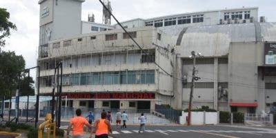 """El frente del estadio luce bastante descuidada cuando   el inicio del torneo está al """"doblar de la esquina"""".  Alberto calvo"""