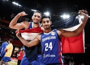 Gelvis Solano y Eloy Vargas con la bandera dominicana. AP