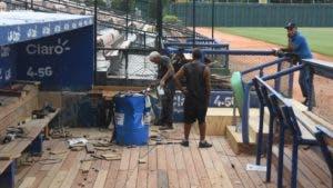 """Trabajadores cambian la madera del """"dugout"""" de los Tigres del Licey."""