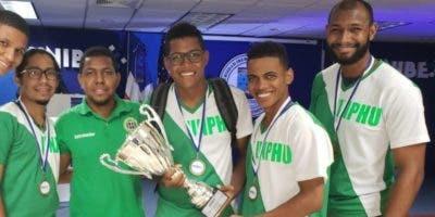 Integrantes del equipo de la Unphu con el trofeo de campeón.