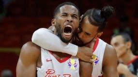 Los jugadores de  Puerto Rico Gary Browne y Gian Clavell celebran  tras vencer a Túnez .   AP
