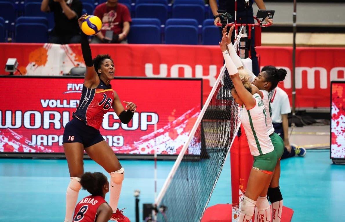 Yonkaira Peña ataca un balón  con fiereza en el tercer parcial