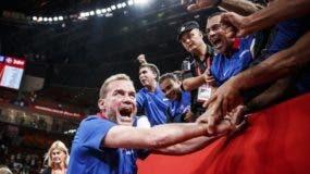 Néstor-'Ché'-García saluda  a fanáticos    dominicanos luego del triunfo contra Alemania.  AP