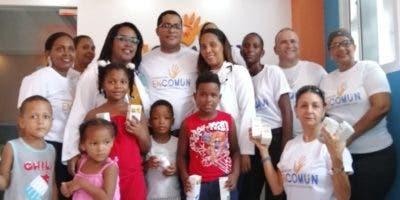 Médicos y miembros de la fundación  junto a infantes.