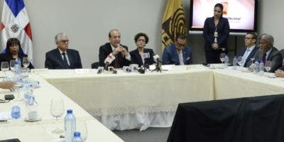 El pleno de la Junta  se reunió por más de tres horas con precandidatos y representantes de  los partidos ente la JCE.   josé de León.