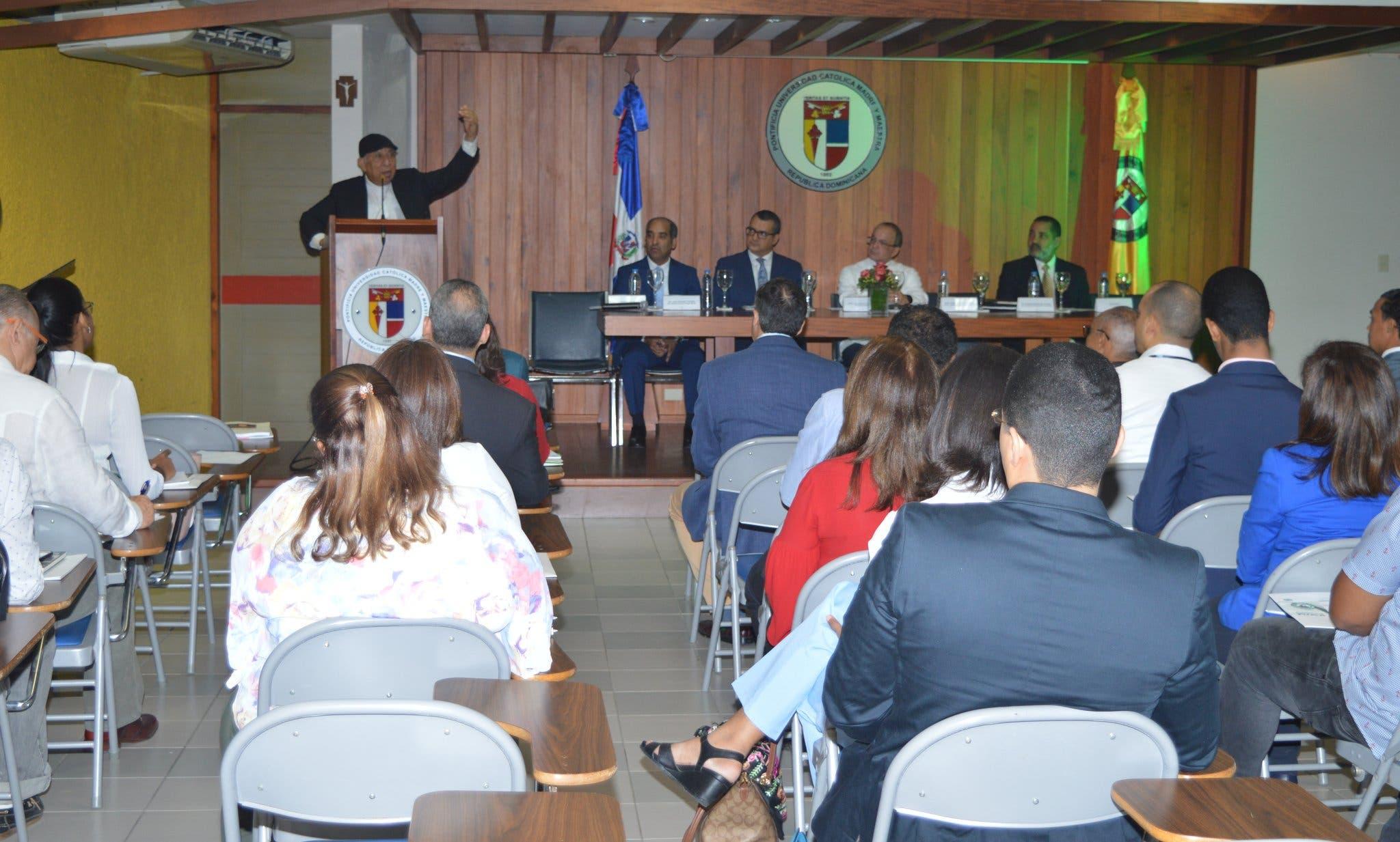 """La conferencia magistral """"Procesos electorales desde una dimensión ética y cívica"""", estuvo a cargo del doctor Román Jáquez, Juez Presidente del Tribunal Superior Electoral."""
