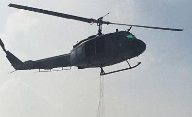 Helicóptero con equipos Bambi Bucket.fuente externa