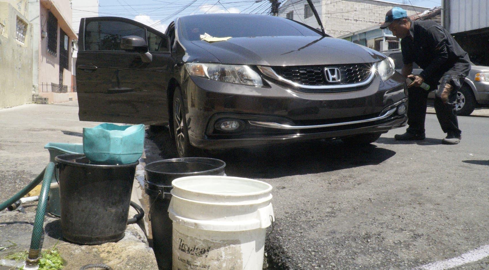 Los lavaderos de vehículos  improvisados continúan operando normalmente en sectores a pesar de la sequía. Elieser Tapia