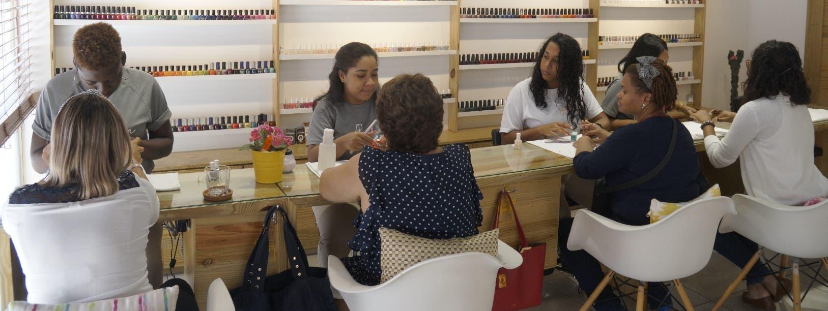 """Nails Garden Beautique está  creado en un  espacio físico que conjuga elemento industrial,  jardin y  """"vintage""""  .  Elieser Tapia"""