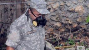 Un miembro de la Armada mientras fumiga.