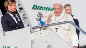 El papa Francisco saluda al subir a un avión para viajar a Maputo, Mozambique, en el aeropuerto internacional Fiumicino de Roma, el miércoles 4 de septiembre de 2019. AP