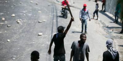 Un hombre sostiene un machete durante una protesta contra la escasez de combustible en Puerto Príncipe, Haití,