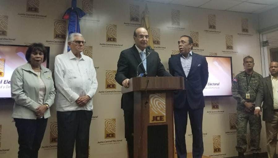 Castaños Guzmán habla durante una rueda de prensa acompañado de los demás miembros titulares del organismo.