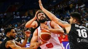 Bojan Dubljevic (C) de Montenegro en acción durante el juego frente a Nueva Zelanda. EFE/EPA/FAZRY ISMAIL
