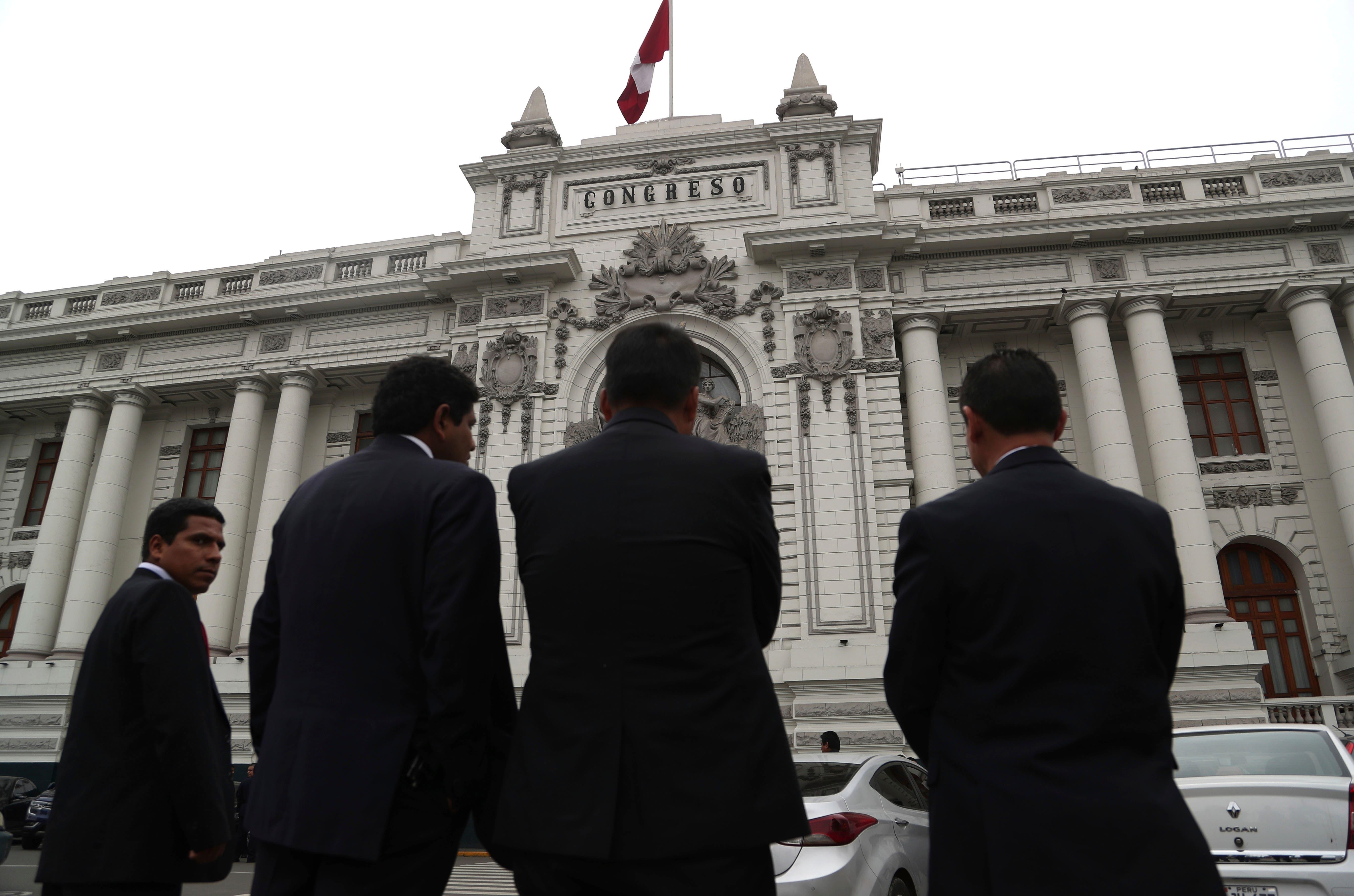 Presidente de Perú cierra el Congreso y llama a elecciones