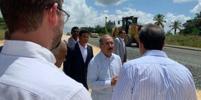 El presidente Danilo Medina mientras supervisaba la obra junto a varios funcionarios.
