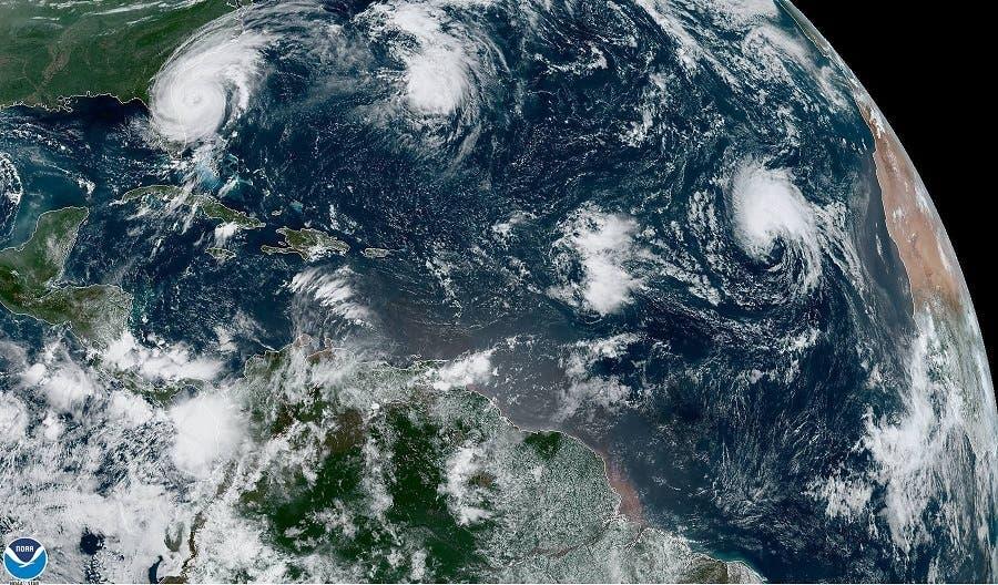 Fotografía tomada a las 10:50 horas locales (14:50 GMT) cedida este miércoles por la Administración Nacional Oceánica y Atmosférica (NOAA) por vía del Centro Nacional de Huracanes (NHC) donde se muestra el huracán Dorian mientras avanza frente a la costa de Florida (EE.UU.). El Centro Nacional de Huracanes (NHC) indicó en su último boletín que Dorian se encuentra a alrededor de 90 millas (140 km) de Daytona Beach y a unas 205 millas (335 km) al sur de Charleston en Carolina del Sur y se desplaza hacia el norte-noroeste con una velicidad de 9 millas (15 km) por hora. EFE/NOAA-STAR/NHC