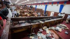 Vista de parte del mobiliario destruido para impedir la sesión de la Cámara Baja este martes. EFE
