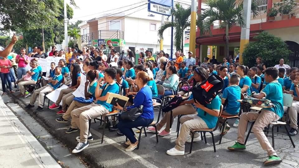 Estudiantes de liceo en San José de Ocoa reciben docencia en la calle
