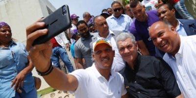 Gonzalo Castillo junto a simpatizantes en el municipio de Sánchez.