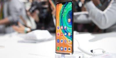 La compañía china Huawei presentó la semana pasada su nuevo teléfono inteligente Mate 30, que por primera vez en una de sus terminales no incluye las aplicaciones y servicios de Google aunque sigue funcionando con Android, pero en su versión de código abierto. El Mate 30 y el Mate 30 Pro están equipados, en el primero, con una triple cámara -una principal, una ultra gran angular y una cámara de teleobjetivo-, y en el segundo, con una cuádruple, es decir, se añade una cuarta, una cámara cine, que es capaz de tomar fotos de gama alta. EFE/ Lukas Barth-Tuttas