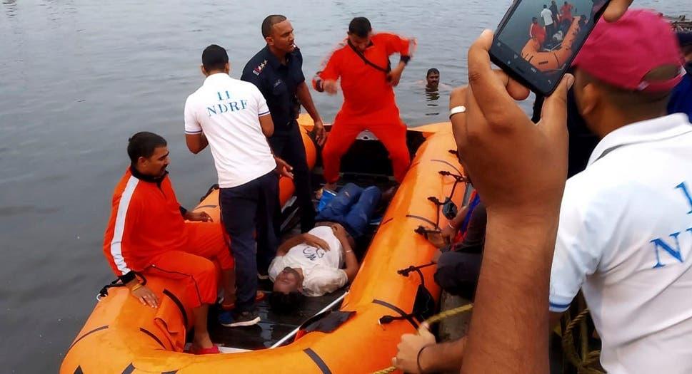 Esta foto proporcionada por la Fuerza Nacional de Respuestas a Desastres muestra a socorristas sacando el cadáver de una persona que se ahogó en un lago en Bhopal, en el estado de Madhya Pradesh, en el centro de India, el viernes 13 de septiembre del 2019. (Fuerza Nacional de Respuestas a Desastres vía AP)