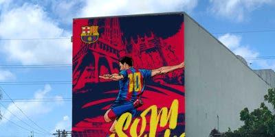 Así luce el mural con la figura de Lionel Messi que se encuentra colocado en BarcaAcademyRD en la UNPHU.