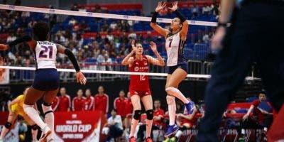 Niverka Marte, acomodadora de la República Dominicana, procede a poner un balón a una de sus compañeras ante China.