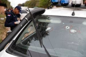 Impactos de bala en el parabrisas del automóvil utilizado por el oficial de policía Felix Ferrari, quien murió en un tiroteo cuando el narcotraficante encarcelado Jorge Teófilo Samudio González escapó de la custodia, en Asunción, Paraguay, el miércoles 11 de septiembre de 2019. (AP Foto / Jorge Sáenz)