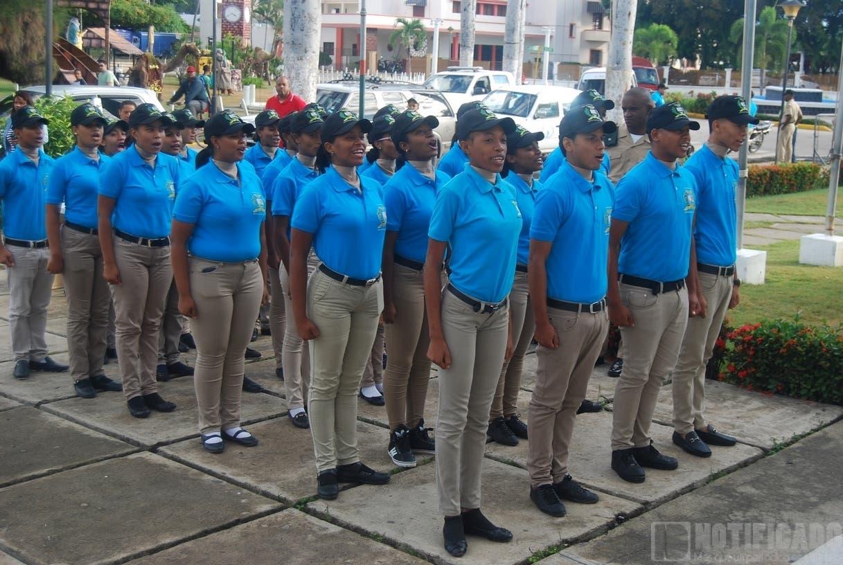 La edad mínima para ingresar al Servicio Militar Voluntario son 16 años de edad y la máxima 21.