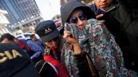 Escoltada por la policía, Torres llegó a los juzgados cubierta por una capucha, lentes de sol y un pañuelo.