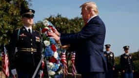 Trump participó de un minuto de silencio en el jardín sur acompañado por la primera dama Melania Trump y decenas de funcionarios del poder ejecutivo.