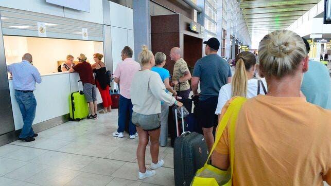 Las autoridades del Reino Unido han repatriado ya a 61.000 pasajeros de los 150.000 que se encontraban en el extranjero desde el pasado lunes.