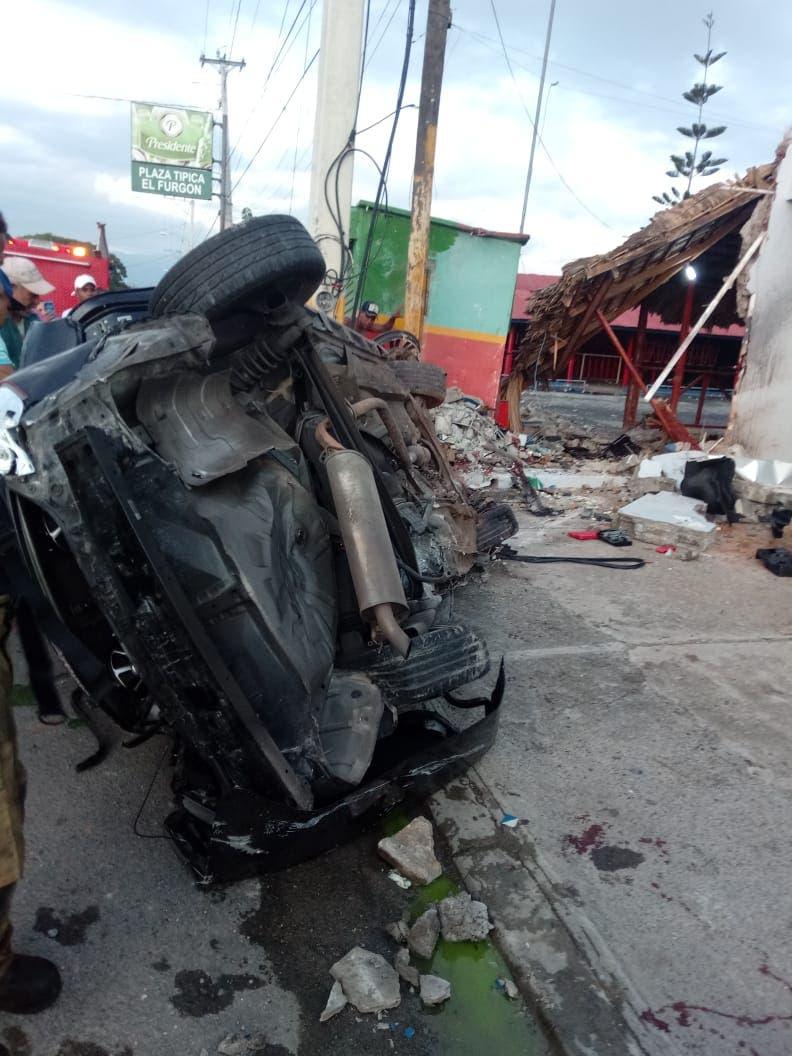 Automóvil en el que viajaban jóvenes que murieron en accidente en La Vega.