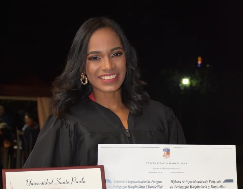 Rosaliz Calderón recibió su titulación en Pedagogía Hospitalaria y Domiciliar en el acto de graduación celebrado en la Universidad Santa Paula en Costa Rica.
