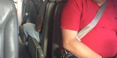José de Jesús Tapia Pérez y Baltazar Mesa, en el avión que lo llevará a Estados Unidos.