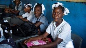 Estudiantes en un salón de clases hoy, lunes en Puerto Príncipe. El año escolar comenzó en Haití con dificultades para que los alumnos llegasen a clase por la escasez de combustible en las gasolineras, un problema que persiste desde agosto y aún no está resuelto. EFE