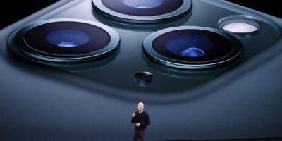 """El iPhone 11 Pro tiene una pantalla de 5,8 pulgadas, mientras que su """"hermano mayor"""", el Pro Max, tiene una de 6,5 pulgadas, y ambos presentan una pantalla súper retina OLED."""