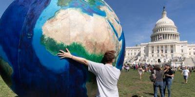 El planeta se ha calentado alrededor de 1 grado Celsius (1,8° Fahrenheit) desde antes de la Revolución Industrial, y los científicos han atribuido más de 90% del aumento a las emisiones de gases de efecto invernadero por la quema de combustibles fósiles y otras actividades humanas.