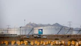 Tanques de almacenamiento en la planta en Yidda del norte, una instalación petrolera de Aramco en Yidda, Arabia Saudí, el domingo 15 de septiembre de 2019. (AP Foto/Amr Nabil)
