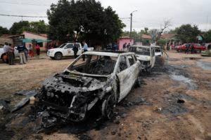 La policía vigila tres vehículos incendiados después de que el narcotraficante encarcelado Jorge Teófilo Samudio González escapó de la custodia, en Asunción, Paraguay, el miércoles 11 de septiembre de 2019. (AP Foto / Jorge Sáenz)